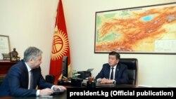Президент Сооронбай Жээнбеков менен тышкы иштер министри Эрлан Абдылдаев.