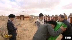Президент Туркменистана Гурбангулы Бердымухамедов на встрече с животноводами вручил в качестве подарка телевизор.