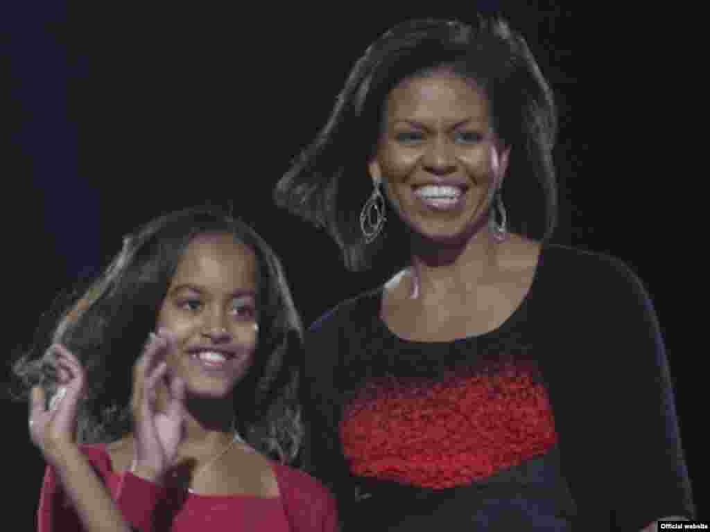 АҚШ президенті Барак Обаманың жұбайы Мишель қызы Малиямен. 2007 жыл.