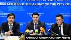 Вице-министр здравоохранения Казахстана Камалжан Надыров (в центре). 27 декабря 2019 года