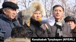 Солдан оңға: саясаткерлер Жармахан Тұяқбай, Мұхтар Тайжан және Болат Әбілев оппозиция митингісінде. Алматы, 28 қаңтар 2012 ж.