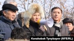 Солдан оңға қарай: саясаткерлер Жармахан Тұяқбай, Мұхтар Тайжан және Болат Әбілев оппозиция митингісінде. Алматы, 28 қаңтар 2012 ж.