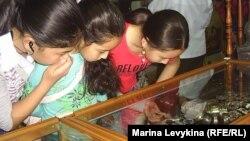 Девочки у прилавка с бижутерией. Семей, 6 мая 2012 года.