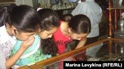 Девушки в магазине ювелирных изделий. Семей, 6 мая 2012 года.