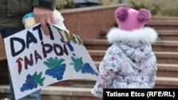 La protestul mamelor din faţa Parlamentului, 21 februarie 2015