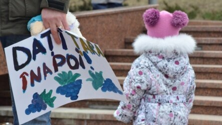 La un protest al mamelor în faţa Parlamentului, februarie 2015