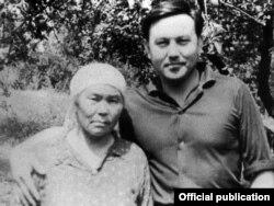 Юный Нурсултан Назарбаев со своей матерью Альжан.