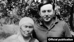 Нурсултан Назарбаев с матерью Альжан.
