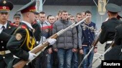 Ուկրաինա – Նորակոչիկները շարք են կանգնում Ուկրաինայի վերջին պարտադիր զորակոչի ժամանակ, Կիև, 15-ը հոկտեմբերի, 2013թ․