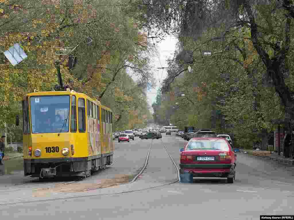 В Алматы трамваи ходили с 7 ноября 1937 года до 31 октября 2015 года. На фото трамвай на углу улиц Байтурсынова и Макатаева. Алматы, 21 октября 2006 года.