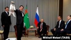 Бердимухаммедов 11-октябрда орус президенти менен Сочиде жолугуп, ага алабай күчүгүн белек кылды.