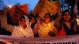 په پاکستان کې فعالانو په بیا بیا د ښځو د حقونو خوندیتوب او د هغوی د ځواکمنولو غوښتنې کړې دي (د ۲۰۱۱ز کال انځور).