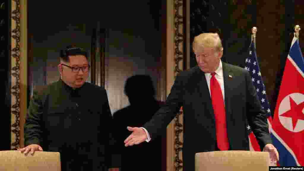 Дональд Трамп и Ким Чен Ынперед подписанием совместного документа