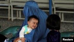 Афганська біженка з дітьми чекає на реєстрацію в бюро Управління верховного комісара ООН із прав людини на околиці Пешавара в сусідньому Пакистані, 3 квітня 2017 року