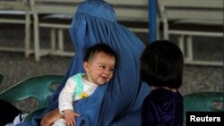 Афганская беженка с детьми в представительстве Управления верховного комиссара ООН по делам беженцев в Пешаваре, Пакистан.