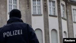 Polici gjerman para një ambasade të jashtme në Berlin