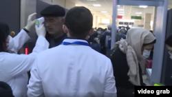 Բուժաշխատողը վրաց-ադրբեջանական սահմանին ստուգում է ուղևորի ջերմությունը, արխիվ
