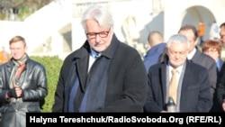 Вітольд Ващиковський біля меморіалу польських військових на Личаківському цвинтарі, Львів, 5 листопада 2017 року