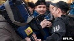 Люди с телекамерами почти всегда вызывают у людей в форме «глубокую личную неприязнь»