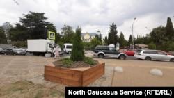 Место, где находился памятник русским солдатам, теперь занимает клумба