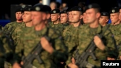 Visoki troškovi i velik broj mladih koji nisu željeli u vojsku bili su i razlozi zašto je obavezno služenje vojnog roka zamrznuto pred deset godina (na slici: pripadnici Oružanih snaga Republike Hrvatske)