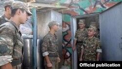 Министр обороны Армении Сейран Оганян встречается с пограничниками, 2012 г․
