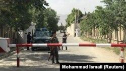 Сотрудники полиции у места атаки в Кабуле. 11 июня 2018 года.