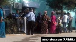 Очереди перед банкоматами в Мары