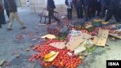 شاهدان عینی به ایسنا گفتهاند ماموران از «باتوم» و «شوکر» نیز استفاده کردهاند که منجر به «مجروح شدن شماری از دستفروشان» شده است