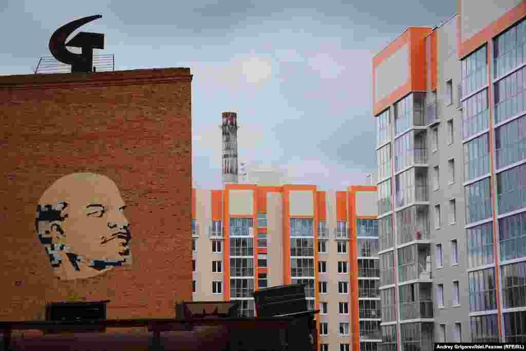 Так Ильич, снесенный вместе с заводским корпусом, выглядел еще пару лет назад. В это время к промзоне на улице Аделя Кутуя в Казани уже подобрался вплотную жилой квартал. Складывалось впечатление, что вождь мирового пролетариата заглядывает прямо в окна. Неуютное жильцам было, наверное. P.S. Кстати, труба, возвышающаяся на заднем фоне тоже уже снесена.