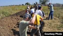 Residents of the southern Ukrainian city of Zaporizhzhya dig trenches to defend their city from pro-Russian or Russian forces in September.
