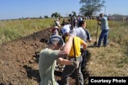 Сотні мешканців Запоріжжя у суботу, 6 вересня, виїхали копати траншеї для оборони свого міста. Активісти розтягнулись на декілька кілометрів. Мало хто вірить в оголошене перемир'я. (Світлини зі сторінки у Фейсбуці Андрія Рибальченка)