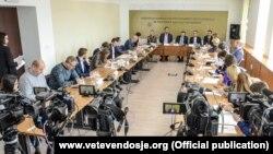 Tryeza e organizuar nga partitë opozitare, Lidhja Demokratike e Kosovës dhe Lëvizja Vetëvendosje.