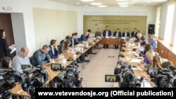 Lidhja Demokratike e Kosovës dhe Lëvizja Vetëvendosje gjatë një tryeze për dialogun