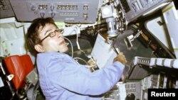Астронавт Джон Янґ командує польотом першого шатла, квітень 1981 року, фото НАСА