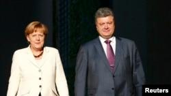 Канцлер Німеччини Анґела Меркель (л) і президент України Петро Порошенко. Архівне фото