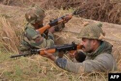 Представники сил безпеки Індії біля військової бази у Патханкоті, Індія, 4 січня 2016 року