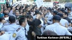 Azerbaijan -- Protest action in front of Azerbaijan education ministry, Baku, 05Oct2012