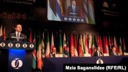 С приветственной речью к участникам форума обратился премьер-министр Грузии Ираклий Гарибашвили, который призвал присутствующих к масштабным инвестициям в экономику Грузии