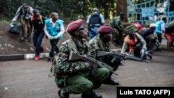 Сотрудники спецслужб на месте теракта в Найроби, Кения, 15 января 2019 года.