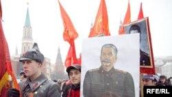 В очереди на возложение венков к могиле Иосифа Сталина у Кремлевской стены
