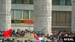 Во время антиправительственного протеста в Бишкеке. 7 апреля 2010 года.