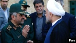 Әли Джафари (сол жақта), Ислам революциясы сақшыларының басшысы.