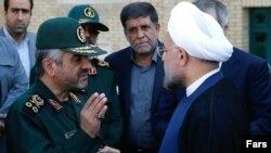 حسن روحانی، رئیس جمهور ایران (راست). و محمدعلی جعفری فرمانده کل سپاه پاسداران (چپ).
