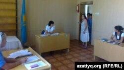 Зинаида Мухортова өзін психдиспансерде күштеп емдеу мәселесін қараған сот залына кіріп келеді. Балқаш, 16 тамыз 2013 жыл.