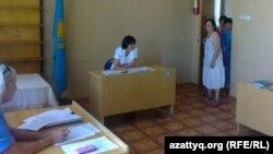 Зинаида Мухортова входит в зал, где проходит суд по делу о принудительном лечении ее в психдиспансере. Балхаш, 16 августа 2013 года.