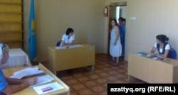 Зинаида Мухортова (в центре), балхашский адвокат, входит в зал, где проходит суд по делу о ее принудительном лечении в психдиспансере. Балхаш, 16 августа 2013 года.