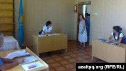 Зинаида Мухортова (ортада) сот залына кіріп келеді.