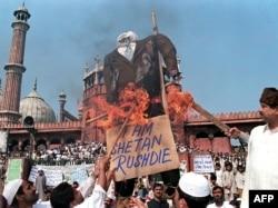 """1999-cu il fevralın 19-da Dehlidə Salman Rüşdiyə qarşı etiraz. Müqəvvanın üstündə """"Şeytan Rüşdi"""" yazılıb."""