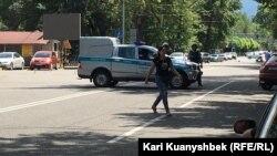 Автомобиль полиции на месте, где происходила стрельба. Алматы, 18 июля 2016 года.